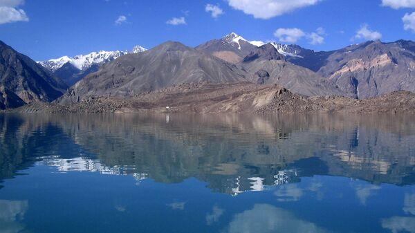 Сарезское озеро в горах Памира, архивное фото - Sputnik Тоҷикистон