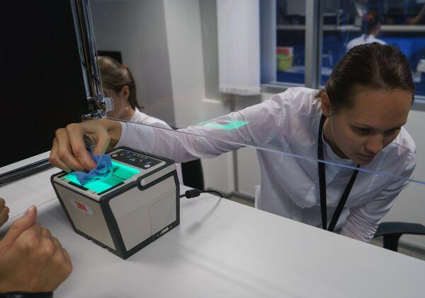 Процедура снятия биометрических данных в визовом центре Санкт-Петербурга - Sputnik Таджикистан