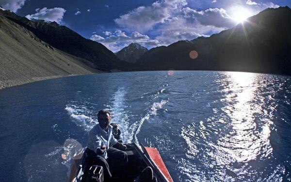 Водная прогулка по Сарезскому озеру. Архивное фото - Sputnik Таджикистан