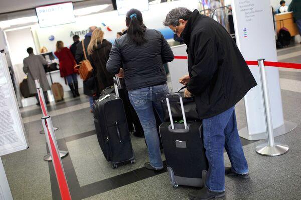 Туристы, прибывающие в аэропорт Нью-Йорка. Архивное фото - Sputnik Таджикистан