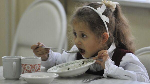 Ребенок обедает в школьной столовой. Архивное фото - Sputnik Таджикистан