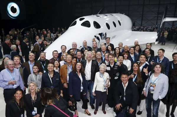 Основатель корпорации Virgin Ричард Брэнсон с командой на презентации космического корабля SpaceShipTwo - Sputnik Таджикистан
