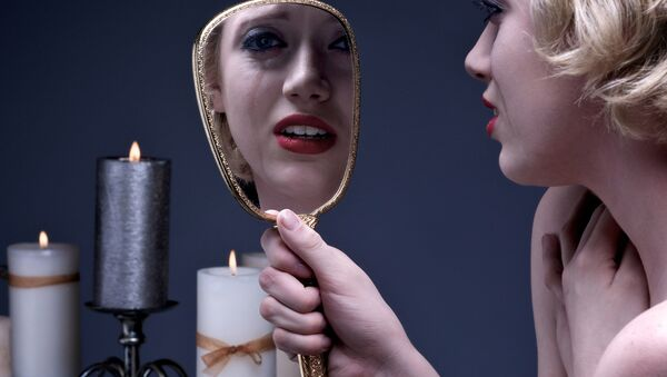 Женщина и зеркало. Архивное фото - Sputnik Таджикистан