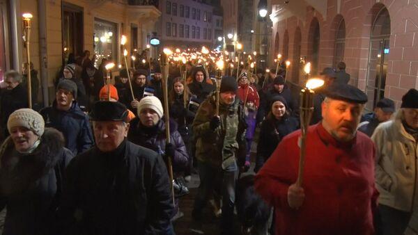 Тысячи националистов с зажженными факелами прошли по ночному Таллину - Sputnik Таджикистан