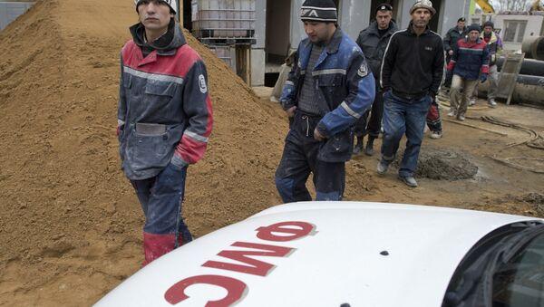 Рейд сотрудников ФМС по выявлению нелегальных мигрантов в Москве. Архивное фото - Sputnik Тоҷикистон