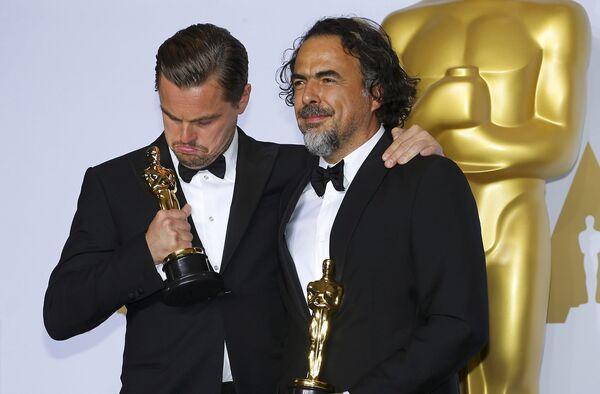 Леонардо Ди Каприо, как лучший актер и Алехандро Иньярриту с наградой лучшего режиссера на вручении кинопремии Оскар - Sputnik Таджикистан