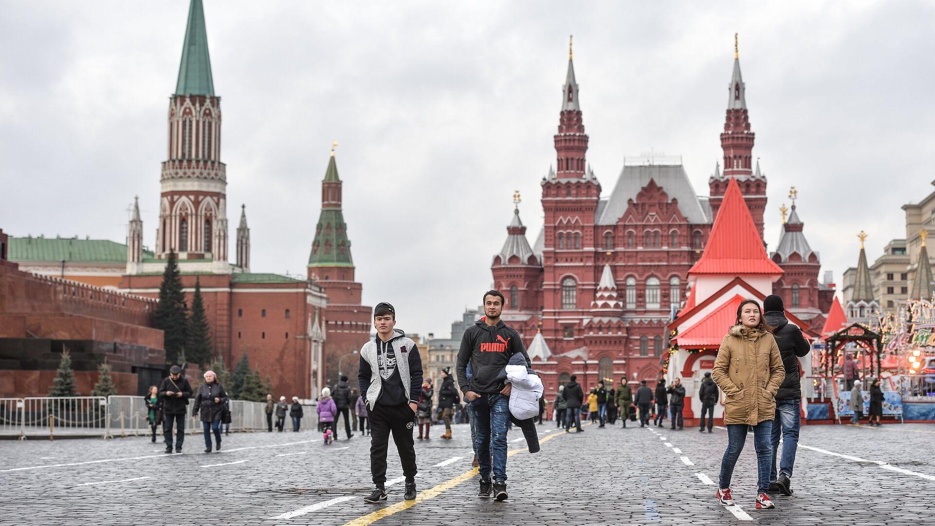Туристы гуляют по Красной площади, архивное фото - Sputnik Таджикистан, 1920, 29.08.2021