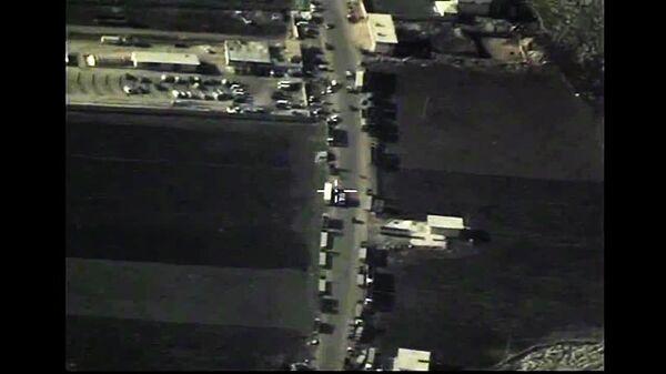 Пересечение сирийско-турецкой границы грузовиками с нефтепродуктами террористов ИГ (ДАИШ). (Стоп-кадр с видео, опубликованного Министерством обороны РФ на своем официальном канале в YouTube). - Sputnik Таджикистан
