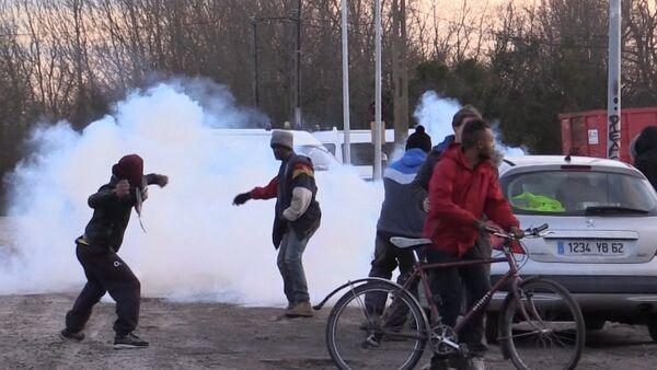 Беженцы закидывали камнями полицию во время сноса лагеря мигрантов в Кале - Sputnik Таджикистан