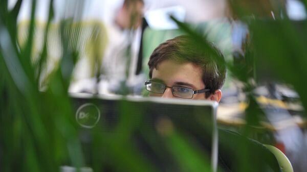 Работа за компьютером. Архивное фото - Sputnik Таджикистан