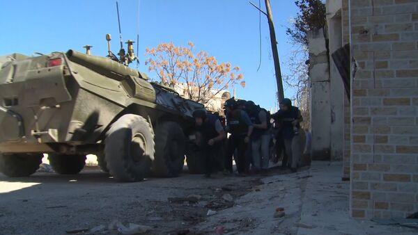 Журналисты в Сирии выбирались из-под обстрела под прикрытием бронемашины - Sputnik Таджикистан