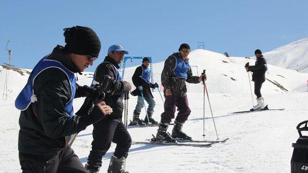 Республиканские соревнования по горным лыжам среди юниоров в горнолыжном комплексе Сафед Дара - Sputnik Тоҷикистон