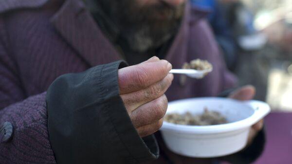 Акция по выдаче питания лицам без определенного места жительства. Архивное фото - Sputnik Тоҷикистон