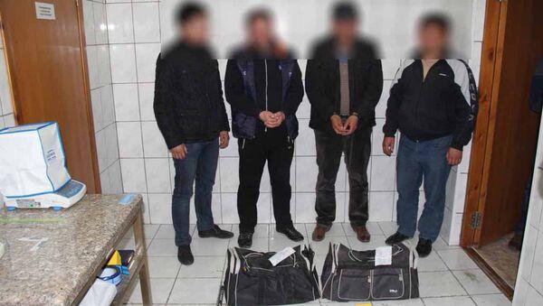 Задержанные, подозреваемые в причастности к незаконному обороту наркотических средств в селе Жаштык Баткенской области и сотрудники ГСКН - Sputnik Тоҷикистон