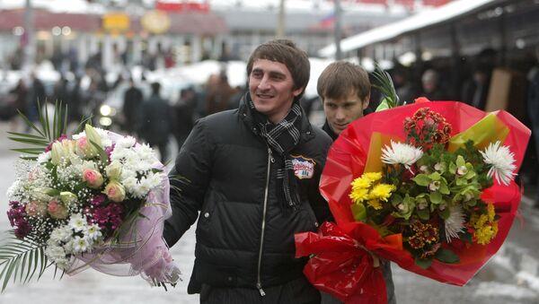 Мужчины несут букеты цветов, купленные накануне праздника 8 марта, архивное фото - Sputnik Тоҷикистон