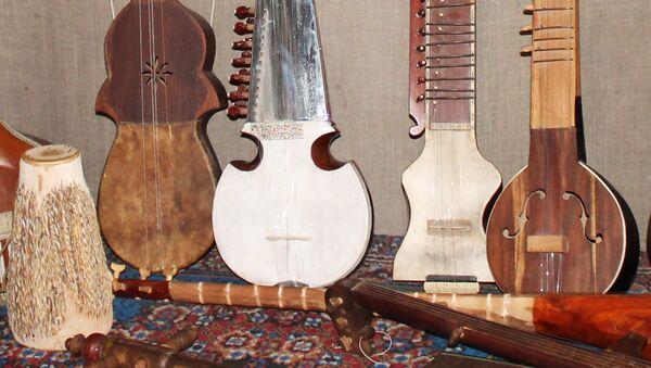 Таджикские национальные инструменты в музее Гурминджа в Душанбе. Архивное фото - Sputnik Таджикистан