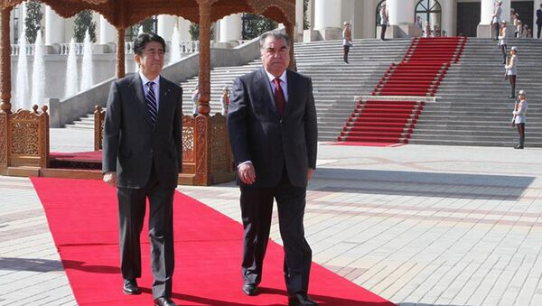 Встреча президента Таджикистана Эмомали Рахмона с премьер-министром Японии Синдзо Абэ. Архивное фото - Sputnik Тоҷикистон
