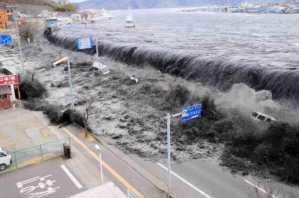 Гигантская волна идет на город Майко после сильного землетрясения в 8,9 баллов. - Sputnik Таджикистан