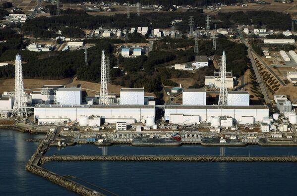 Вид на АЭС Фукусима сразу после землетрясения 11 марта 2016 года. - Sputnik Таджикистан