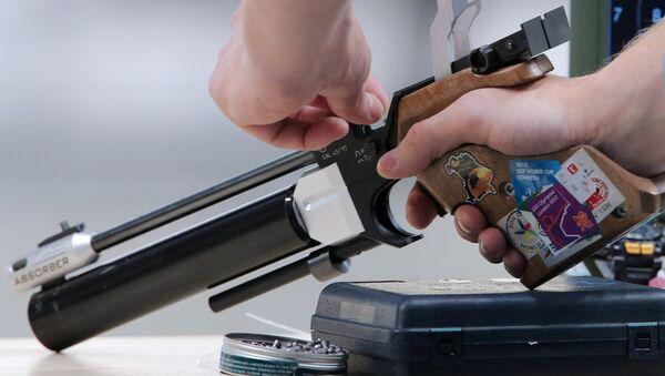 Подготовка к стрельбе из пневматического пистолета. Архивное фото - Sputnik Таджикистан