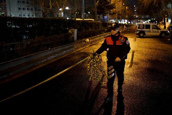 Сотрудник полиции на месте теракта в Анкаре. - Sputnik Таджикистан