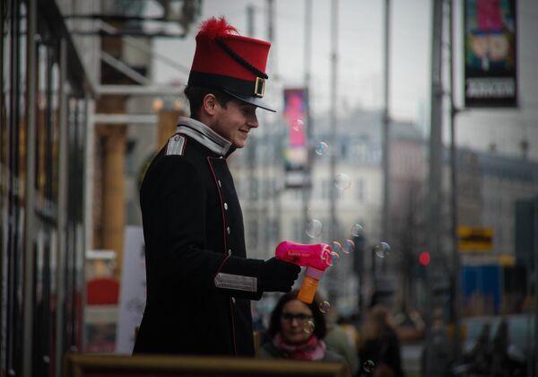 Мужчина пускает мыльные пузыри на улице Копенгагена. Архивное фото - Sputnik Таджикистан