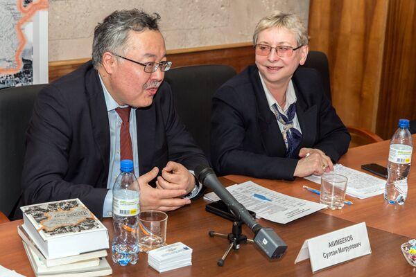 Султан Акимбеков (слева) на презентации книги История Афганистана - Sputnik Таджикистан