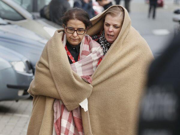 Люди покидают место взрыва в аэропорту Брюсселя - Sputnik Таджикистан