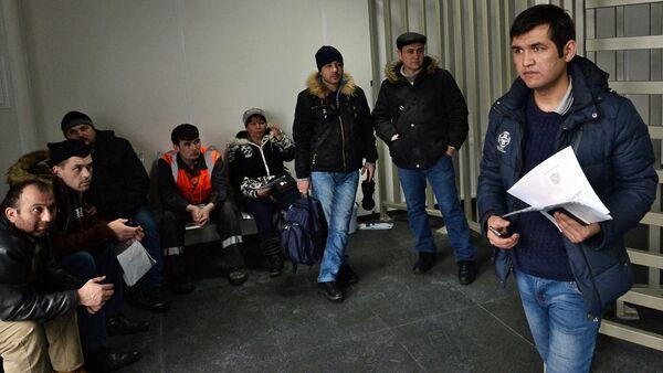 Посетители в многофункциональном миграционном центре Москвы, архивное фото - Sputnik Таджикистан