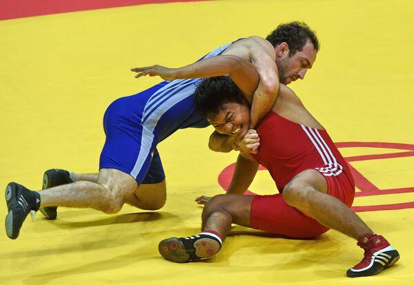 Азамат Суфиев (в синем) на Азиатских играх 2014 года. Архивное фото - Sputnik Таджикистан