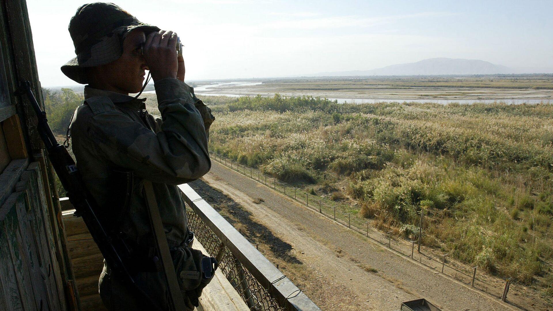 Пограничник на таджикско-афганской границе. Архивное фото - Sputnik Таджикистан, 1920, 13.08.2021