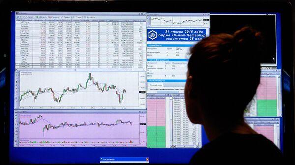 Сотрудница следит за котировками на бирже в Санкт-Петербурге. Архивное фото - Sputnik Тоҷикистон
