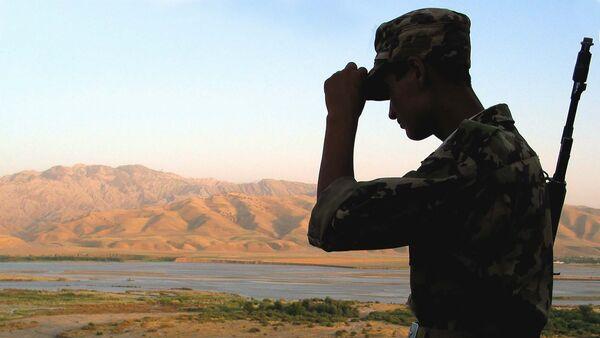 Таджикский пограничник на границе в Афганистаном. Архивное фото - Sputnik Таджикистан