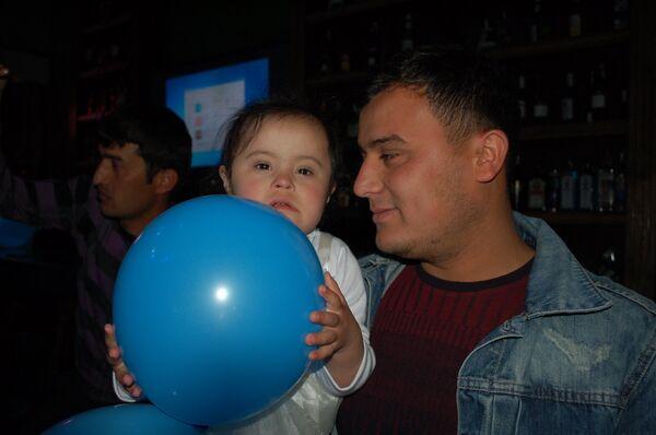 Отец с дочерью на празднике родительской организации СиДа - Sputnik Таджикистан