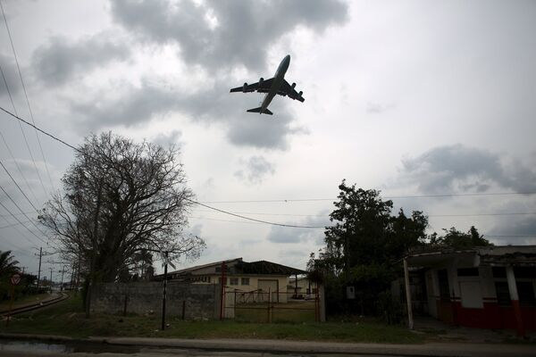 Самолет в небе. Архивное фото - Sputnik Таджикистан