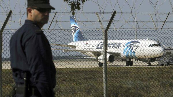 Самолет авиакомпании Egypt Air в аэропорту Ларнаки - Sputnik Таджикистан