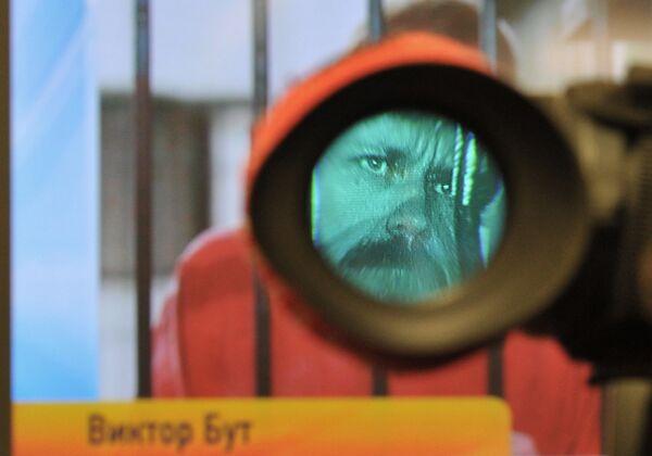 Монитор транслирует изображение Виктора Бута - Sputnik Таджикистан