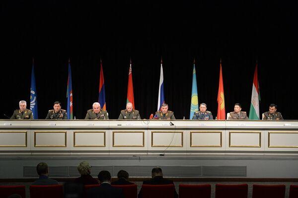 После обсуждения начальники штабов выступили перед журналистами. - Sputnik Таджикистан