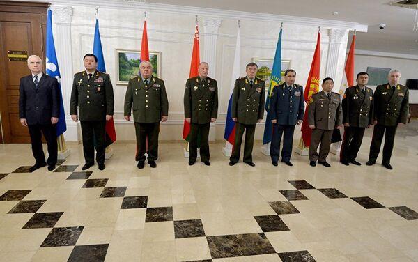 Традиционная фотосессия участников заседания Комитета начальников штабов ВС СНГ. - Sputnik Таджикистан
