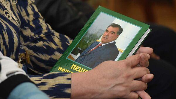 Союз писателей РТ опубликовал книгу о Рахмоне - Sputnik Тоҷикистон