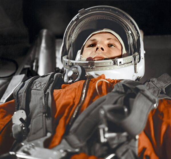 """Летчик-космонавт Ю.Гагарин в кабине космического корабля """"Восток"""" - Sputnik Таджикистан"""