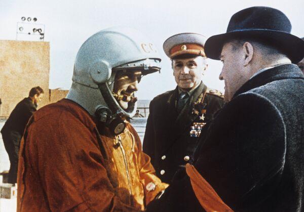 Юрий Гагарин и Сергей Королев - Sputnik Таджикистан