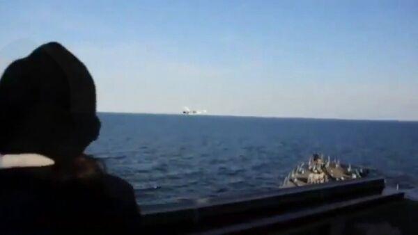 Пролет Су-24 над американским эсминцем USS Donald Cook. Съемка ВМС США - Sputnik Таджикистан