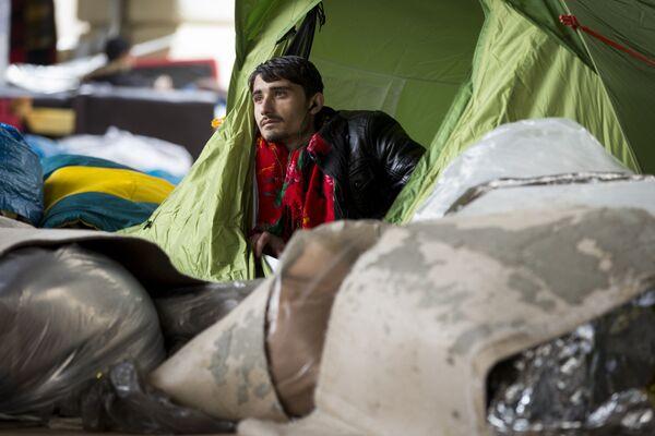 Беженец из Афганистана в Париже. Архивное фото - Sputnik Таджикистан