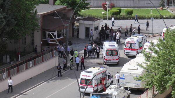 Машины скорой помощи на месте взрыва в Газиантепе (Турция) 1 мая 2016 года - Sputnik Тоҷикистон