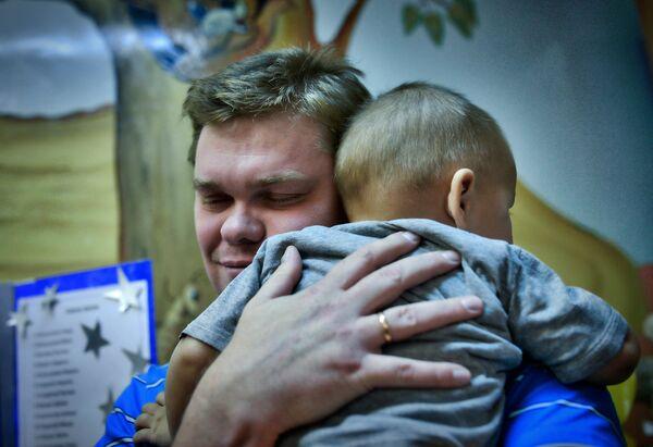 Отец обнимает сына, архивное фото - Sputnik Таджикистан