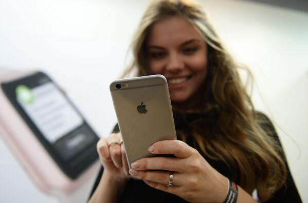 Старт продаж новых iPhone 6s и iPhone 6s Plus в Москве - Sputnik Таджикистан