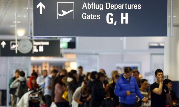 Пассажиры в аэропорту Мюнхена. Архивное фото - Sputnik Таджикистан