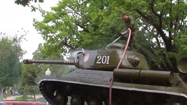 Низомиёни пойгоҳи 201 танки ИС-2-ро дар Душанбе аз нав барқарор карданд - Sputnik Тоҷикистон