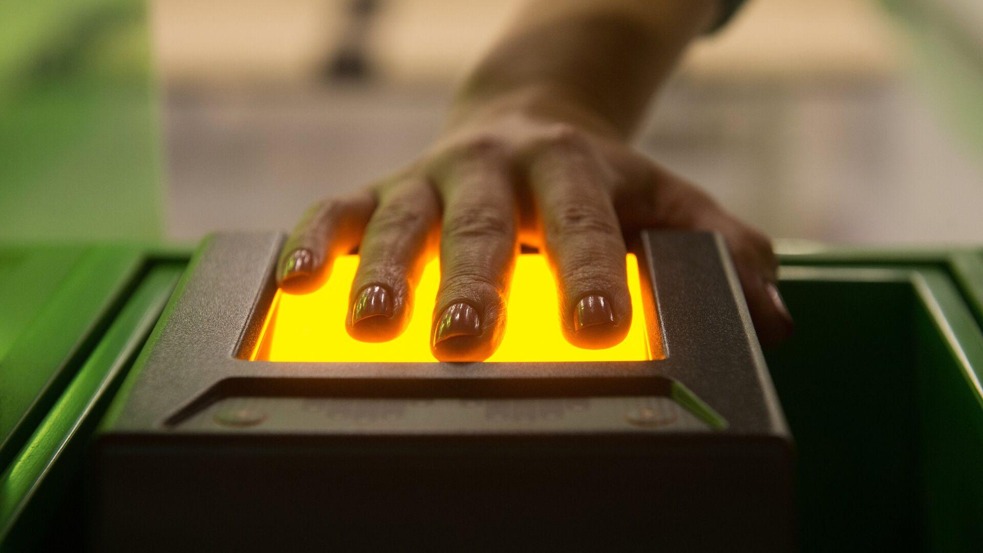 Сканирующее отпечатки пальцев устройство, архивное фото - Sputnik Таджикистан, 1920, 05.08.2021